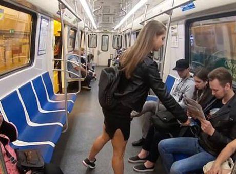 Ρωσίδα ρίχνει χλωρίνη σε άντρες που κάθονται με ανοιχτά τα πόδια