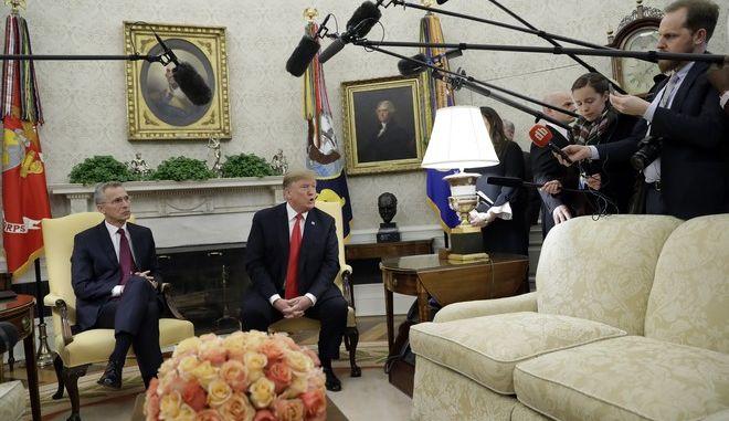 Ο Αμερικανός πρόεδρος Ντόναλντ Τραμπ και ο γγ του ΝΑΤΟ Γενς Στόλτενμπεργκ σε συνάντησή τους στον Λευκό Οίκο τον Απρίλιο του 2019