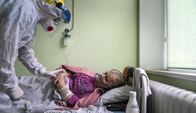 Γιατρός επισκέπτεται ασθενή με κορονοϊό στην Ουκρανία.