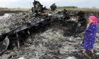 "MH17: Το ""απόλυτο χάος"" στην περιοχή της συντριβής. Πλιάτσικο στα συντρίμμια, ενώ κάτοικοι τραβούν φωτογραφίες τους νεκρούς"