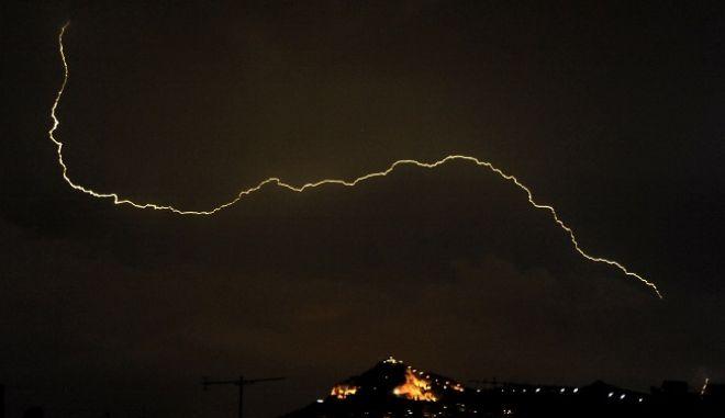 Αστραπές και σύννεφα καταιγιδας αργά το βράδυ πάνω από την Αθήνα