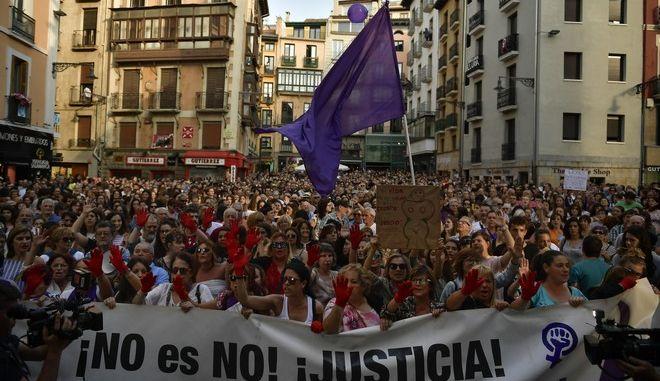 Φωτογραφία από διαμαρτυρία στην Ισπανία κατά των βιασμών