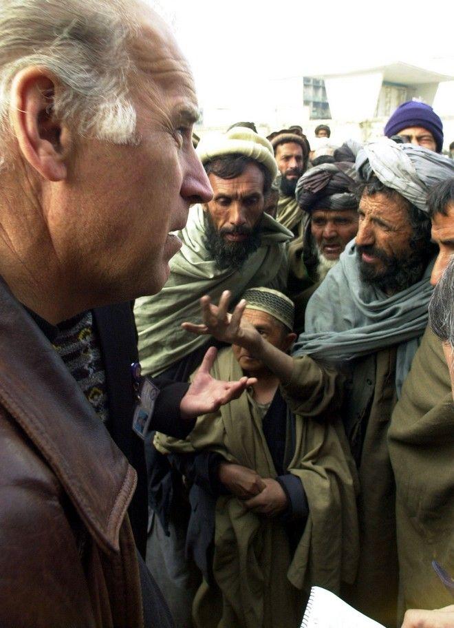 Ο Τζο Μπάιντεν σε επίσκεψη στο Αφγανιστάν τον Ιανουάριο του 2002