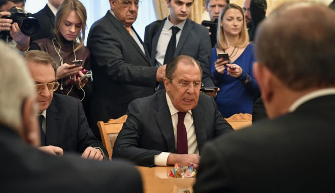 Russian Foreign Minister Sergei Lavrov (C) meets with representatives of Syria's political opposition in Moscow on January 27, 2017. UN-hosted negotiations on the Syrian conflict planned for February 8 in Geneva have been postponed until the end of that month, Russian Foreign Minister Sergei Lavrov said on January 27. / AFP PHOTO / Alexander NEMENOV