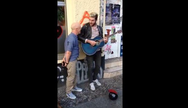 Βίντεο: Άκουσε πλανόδιο να λέει το τραγούδι του και σταμάτησε να το πουν μαζί