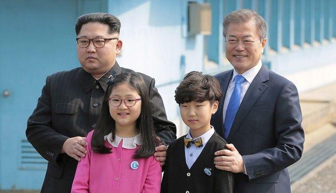 Οι δύο ηγέτες φωτογραφήθηκαν με παιδιά, δείχνοντας ότι ανοίγει ένα νέο κεφάλαιο για το μέλλον