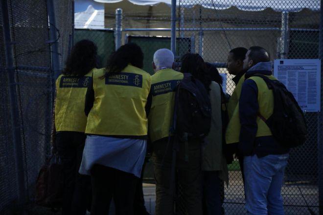 Η αποστολή της Διεθνούς Αμνηστίας έξω από δικαστήριο στο Μπράουνσβιλ