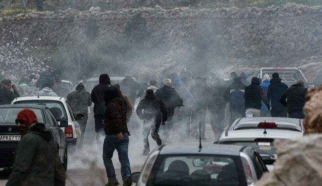 Επεισόδια στο λιμάνι των Μεστών στην Χίο, μεταξύ κατοίκων του νησιού και αστυνομικών που περίμεναν να επιβιβαστούν στο καράβι της επιστροφής προς την Αθήνα, την Πέμπτη 27 Φεβρουαρίου 2020. (EUROKINISSI/ΜΙΧΑΛΗΣ ΚΑΡΑΓΙΑΝΝΗΣ)