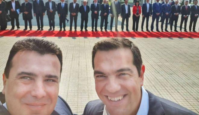 Η διάσημη πλέον σέλφι των δύο πρωθυπουργών