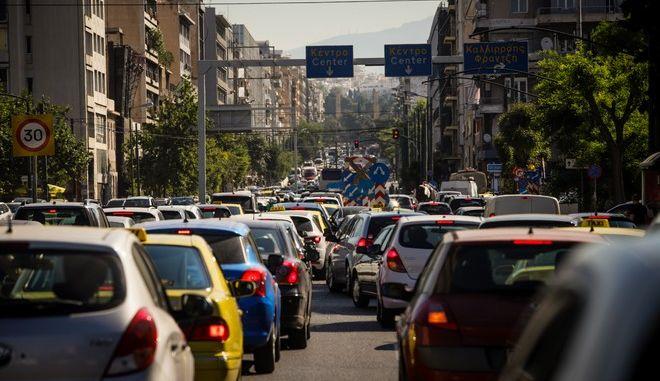 Αυτοκίνητα σε δρόμο της Αθήνας