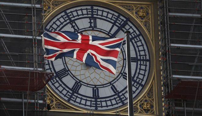 Η σημαία της Μεγάλης Βρετανίας καλύπτει το ρολόι του Μπιγκ Μπεν