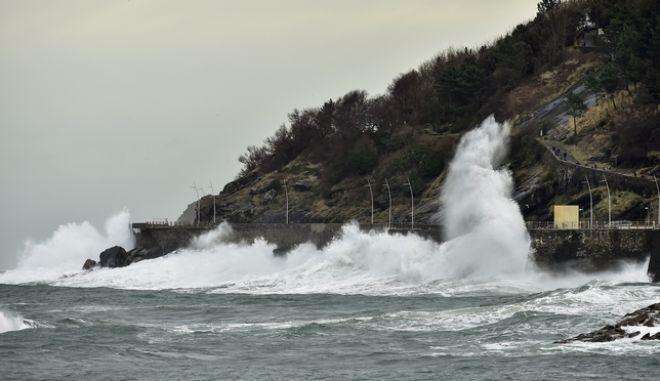 Γιγαντιαία κύματα στην Ισπανία (φωτό αρχείου)