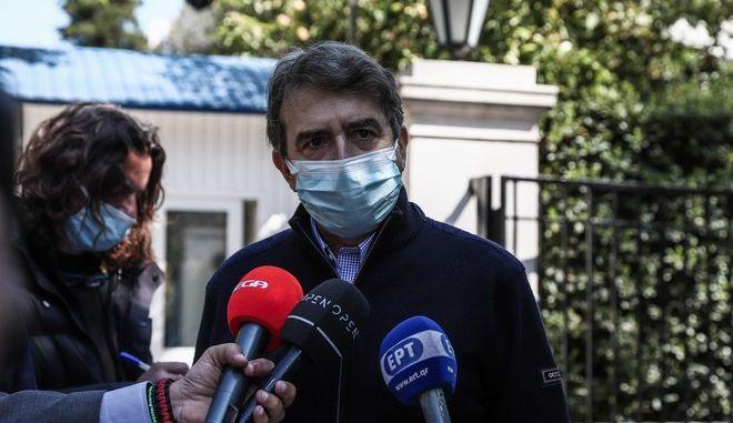 Ο Μιχάλης Χρυσοχοΐδης έξω από το Μαξίμου μετά τη συνάντησή του με τον Πρωθυπουργό