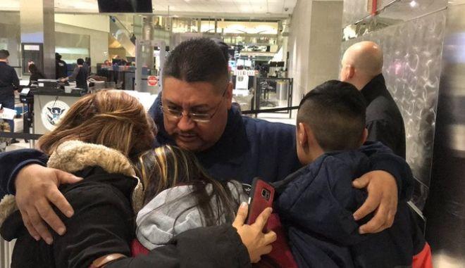 Άρπαξαν πατέρα, τον πήγαν στο αεροδρόμιο και τον απέλασαν