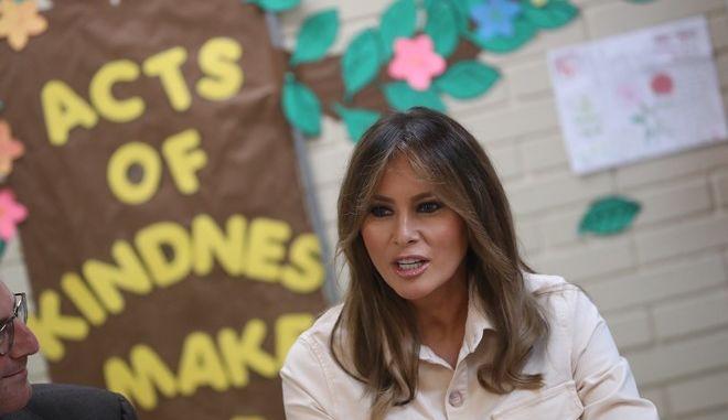 Η Μελάνια Τραμπ κατά την επίσκεψή της στα παιδιά μεταναστών που κρατούνται στο Μακάλεν του Τέξας