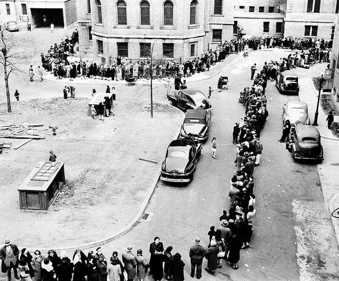 Ατελείωτες ουρές στο Μπρονξ της Νέας Υόρκης τον Απρίλιο του 1947 για εμβολιασμό για την ευλογιά