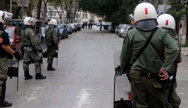 Μεγάλη αστυνομική επιχείρηση στα Εξάρχεια - Εκκενώνουν υπό κατάληψη κτίριο