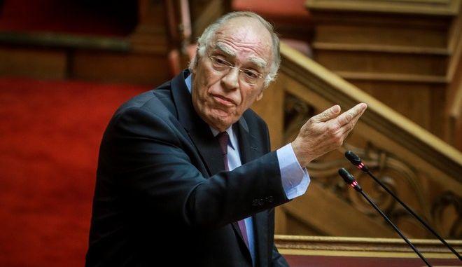 Ο πρόεδρος της Ένωσης Κεντρώων, Β. Λεβέντης, κατά τη συζήτηση για την ψήφο εμπιστοσύνης στην κυβέρνηση