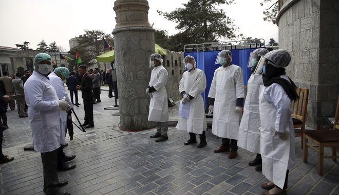 Γιατροί νοσοκομείου στη Λιβύη περιμένουν στην είσοδο του κτιρίου προκειμένου να θερμομετρηθούν πριν μπουν