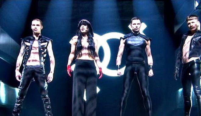 Η νικήτρια της Eurovision 2012 στη σκηνή φορώντας μόνο τα μαλλιά της