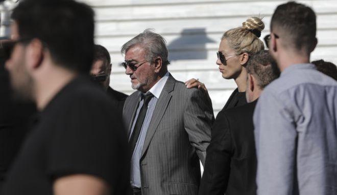 Ο Στέλιος Μακρής και Βικτώρια Καρύδα στην κηδεία του Γιάννη Μακρή στην Αθήνα