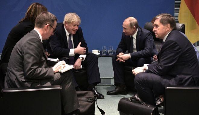 Ο Βρετανός πρωθυπουργός Μπόρις Τζόνσον με τον Ρώσο πρόεδρο Βλαντίμιρ Πούτιν