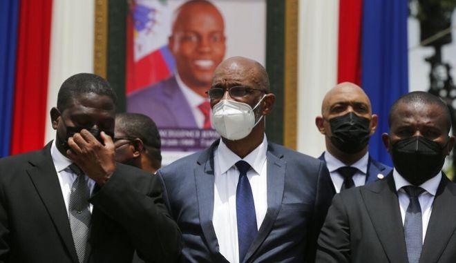 Ο πρωθυπουργός Αριέλ Ανρί (κέντρο) στο μνημόσυνο του προέδρου Μοΐζ, μπροστά από το κάδρο του