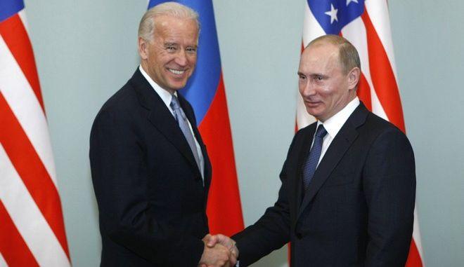 Ο Τζο Μπάιντεν και ο Βλαντιμίρ Πούτιν σε παλιά τους συνάντηση