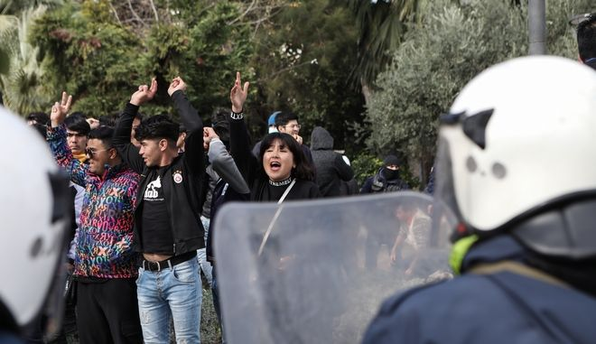 Διαμαρτυρία προσφύγων και μεταναστών στο λιμάνι της Μυτιλήνης