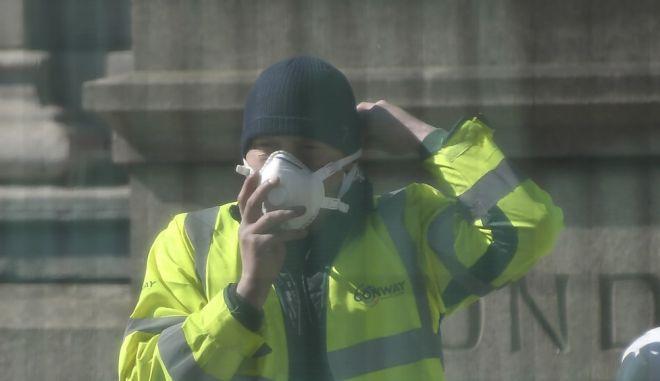 Εργάτης με μάσκα
