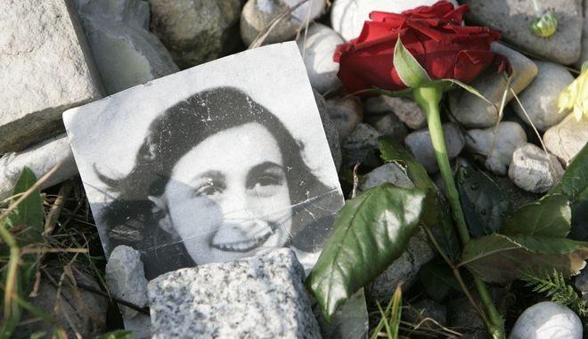 Eine rote Rose und ein Foto von Anne Frank sind am Sonntag, 28 Oktober 2007, an einem Gedenkstein f?r die juedischen Schwestern Anne und Margot Frank auf dem Gelaende der KZ Gedenkstaette in Bergen-Belsen abgelegt. Rund 70.000 Menschen, darunter auch Anne und Margot, kamen in dem Kriegsgefangenenlager und dem KZ ums Leben. Das Tagebuch der Anne Frank wurde weltbekannt.(AP Photo/Joerg Sarbach)    ---A red rose and a photo of Anne Frank lay at a memorial stone of Jewish sisters Margot and Anne Frank at the Bergen-Belsen Memorial, northern Germany, Sunday, Oct. 28, 2007. Over 70,000 people died in the camp up to 1945. Also Margot and Anne, who's diary is well known around the world.(AP Photo/Joerg Sarbach)