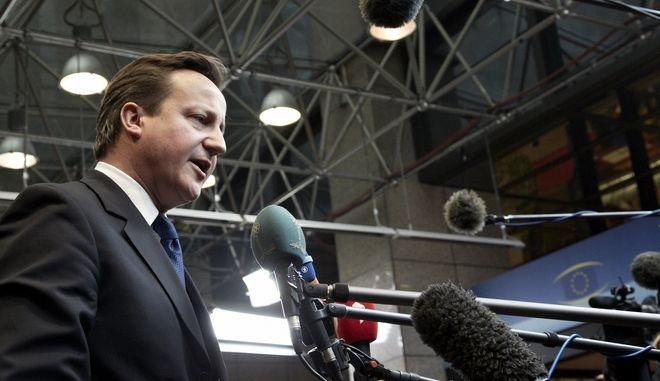 Ο Πρωθυπουργός της Βρετανίας, Ντέιβιντ Κάμερον, κάνει δηλώσεις στα ΜΜΕ ενώ προσέρχεται στην Σύνοδο Κορυφής της Ευρωπαϊκής Ένωσης στις Βρυξέλλες, Βέλγιο, Δευτέρα 30 Ιανουαρίου 2012. (EUROKINISSI // ΣΥΜΒΟΥΛΙΟ ΤΗΣ ΕΥΡΩΠΑΪΚΗΣ ΕΝΩΣΗΣ) ** Ελεύθερη η χρήση για μη εμπορικούς σκοπούς. Να αναφέρεται ως πηγή το Συμβούλιο της Ευρωπαϊκής Ένωσης. **