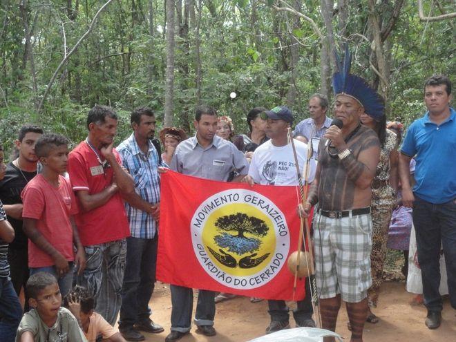 Ο Hilario ενημερώνει τους ντόπιους για τα δικαιώματα στην γη που καταπατείται.