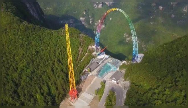 Εντυπωσιάζει κούνια 100 μέτρων στα χρώματα του ουράνιου τόξου στην Κίνα