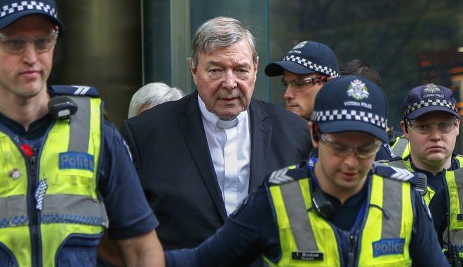 Ο καρδινάλιος Τζορτζ Πελ μεταφέρεται στο δικαστήριο συνοδεία αστυνομικών
