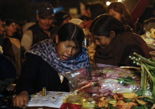 Γυναίκες θρηνούν τα θύματα, Βολιβία