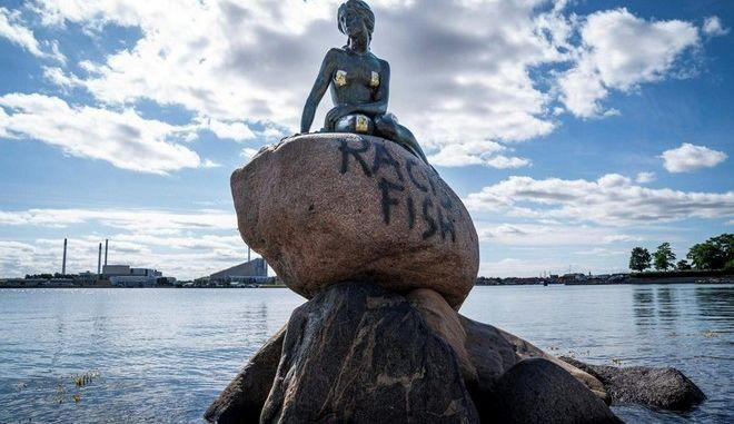 """Δανία: """"Ρατσιστικό ψάρι"""" η μικρή γοργόνα της Κοπεγχάγης"""