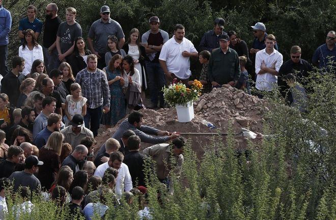 Συγγενείς και φίλοι των θυμάτων στη Λα Μόρα