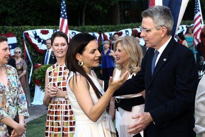 Στιγμιότυπο από την δεξίωση στην Αμερικάνικη πρεσβεία, για τον εορτασμό της επετείου της της Ανεξαρτησίας την 4η Ιουλίου. Ο Τζέφρι Πάιατ συνομιλεί με την Όλγα Κεφαλογιάννη