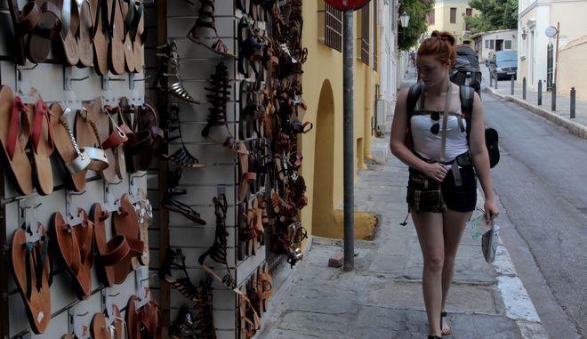 Στιγμιότυπο με τουρίστες σε κατάστημα στο ιστορικό κέντρο της Αθήνας