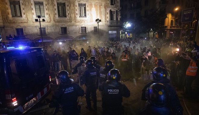 Εικόνα από τα επεισόδια στη Βαρκελώνη