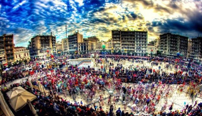 Μαζική η συμμετοχή στο Καρναβάλι της Πάτρας. Δείτε live εικόνα