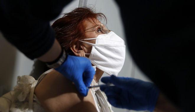 Στιγμιότυπο από εμβολιαστικό κέντρο στην Αθήνα