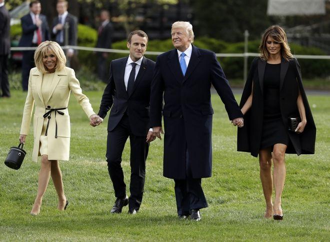 Οι δυο Πρόεδροι περπατούν με τις συζύγους τους στον Λευκού Οίκου