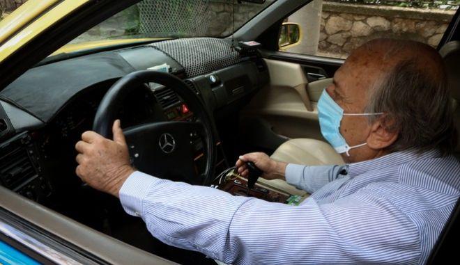 Οδηγός ταξί με μάσκα