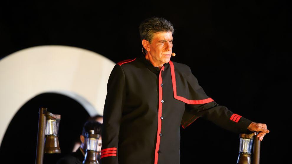 Ο Γιάννης Μπέζος σε σκηνή από την παράσταση