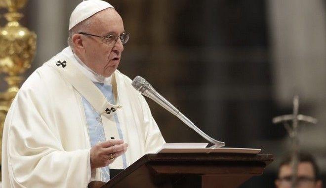 Ο πάπας Φραγκίσκος επαινεί την Ελλάδα για την πολιτική υπέρ της υποδοχής μεταναστών