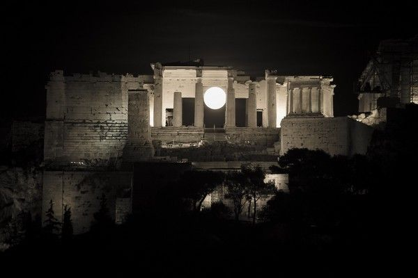 The 'super moon' rises over the Acropolis hill in Athens on November 14, 2016. /  ''       ,  ,  14 , 2016