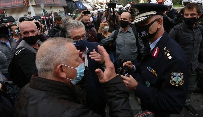 Ο Θανάσης Παφίλης και ο Δημήτρης Κουτσούμπας συνομιλούν με αξιωματικό της ΕΛΑΣ