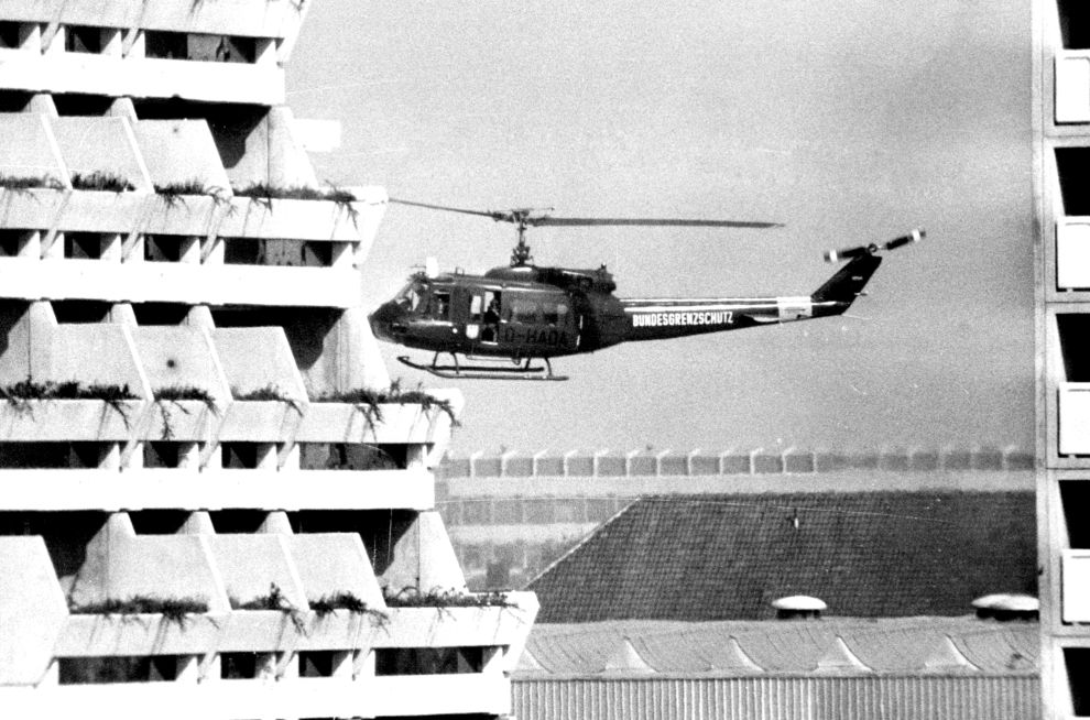 Το ένα από τα δυο γερμανικά ελικόπτερα καταφθάνει στο Ολυμπιακό Χωριό για να μεταφέρει από εκεί στο αεροδρόμιο τους τρομοκράτες και τους ομήρους (5/9/1972).